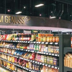 Ausgeleuchtete Regale im Supermarkt