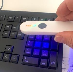 Der handgroße Little Protector desinfiziert eine Tastatur
