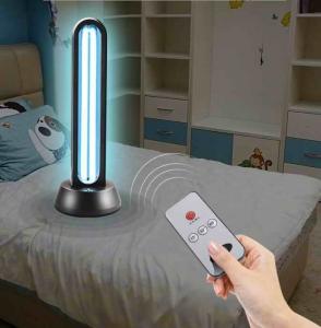 Das UVC-Gerät Big Cover steht in einem Kinderzimmer und desinfiziert durch Aktivierung mit einer Fernbedienung den Raum