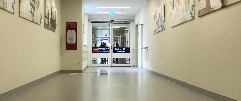 Deckenleuchten erhellen die Flure im Klinikum Soest