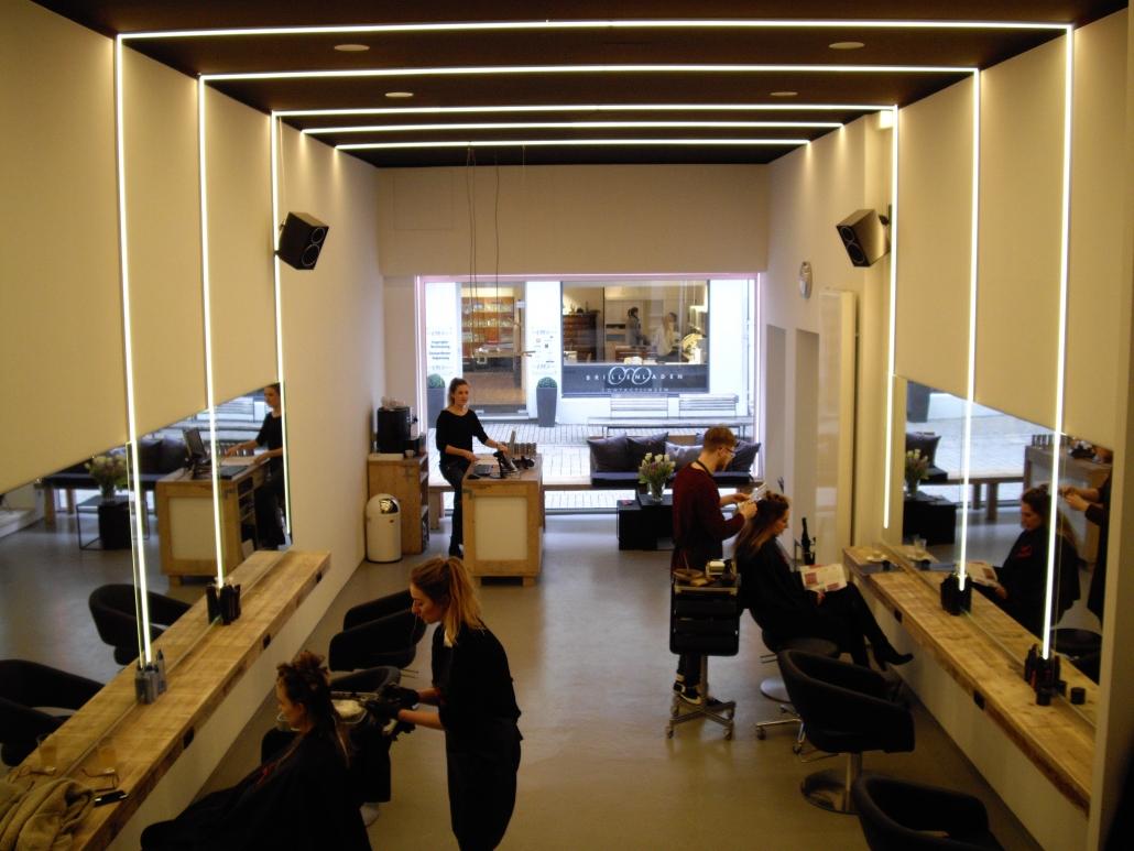 LEd Profile über Wände und Decken, zu mehreren Lichtstreifen beim Friseur Stylbar in Bielefeld