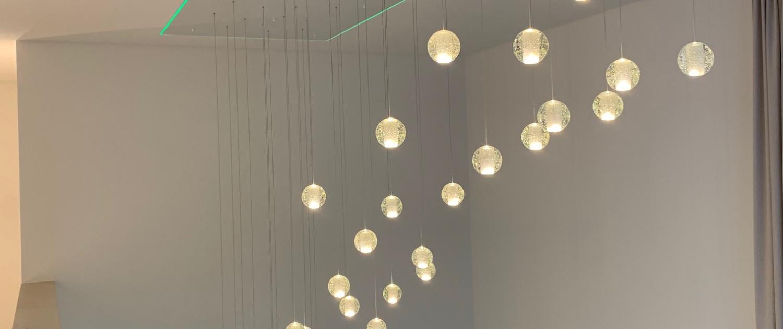Beleuchtungsinstallation vom Treppenhaus im Privathaus