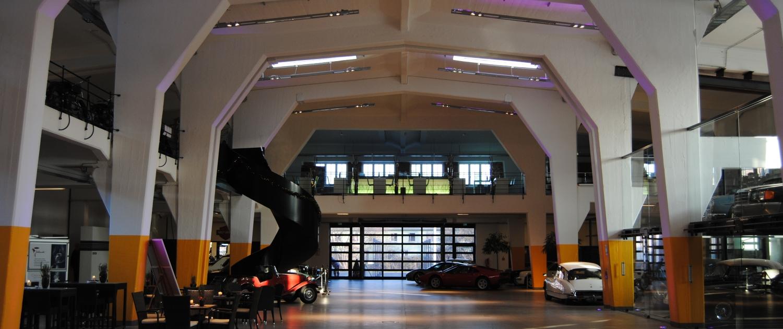 Pendelleuchten mit indirektem Licht leuchten die Halle im Lenkwerk aus